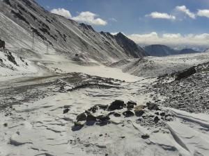 Вот по таким труднопроходимым местам приходится добираться до застав на кыргызско-китайской границе.