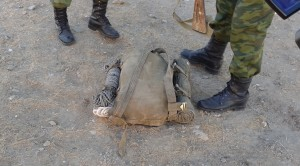 Этот небольшой с виду военный ранец весит 40 килограммов.