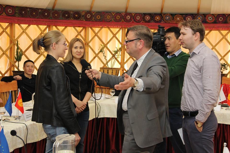 Ханно работает с кыргызстанскими журналистами на тренинге по судебной журналистике.